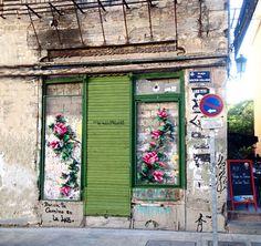 Os bordados gigantes de Raquel Rodrigo vão além dos panos: eles ocupam fachadas de casas e muros dando vida a lindas instalações urbanas.