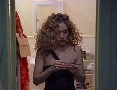 Carrie Bradshaw ~ the seatbelt strap Carrie Bradshaw Hair, City Outfits, Curly Girl, City Style, Curled Hairstyles, Carry On, Celebrity Style, Beauty, Season 1