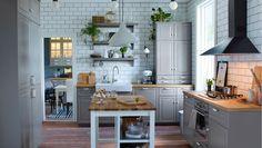 Perinteinen harmaa keittiö, jossa BODBYN-ovet/etusarjat, posliiniallas ja vitriinovellinen irtokaluste
