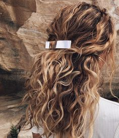 11 Half-Up, Half-Down Hairstyles That Are Perfect for Lazy Days - Haare - Hair Styles Curly Hair Styles, Natural Hair Styles, Natural Wavy Hairstyles, Natural Curls, Medium Hairstyles, Hair Clip Styles, Natural Beach Waves, Pelo Ondulado Natural, Brown Ombre Hair
