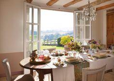 Comedor+rústico+con+vigas+vistas+en+el+techo+y+salida+al+jardín