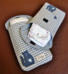 busta porta-pannolini Sewing Projects For Kids, Sewing For Kids, Girls Quilts, Baby Quilts, Nappy Wallet, Kit Bebe, Handmade Baby Gifts, Patchwork Baby, Baby Co
