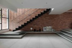Gallery of End Lot House / Eleena Jamil Architect - 3 Concrete Steps, Concrete Wall, Kuala Lumpur, Floor Slab, New Staircase, Exposed Concrete, Side Garden, Outdoor Dining, White Walls