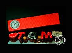 """Brownies-T.Q.M.: Delicioso Brownie especial con tema """"T.Q.M."""", cada letra va hecha en tres chocolates, rellenas de arequipe y bañadas en una salsa de chocolate extra fino. Exquisito regalo hecho cuidadosamente a mano, con ingredientes 100% de excelente calidad y decorado con diseños exclusivos para expresar en un dulce mensaje muchos sentimientos."""
