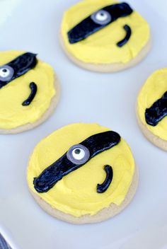 Easy to make minion cookies will be a huge hit with the kids! Delicious Cookie Recipes, Dessert Recipes, Desserts, Yummy Food, Minion Cookies, Cupcake Cakes, Cupcakes, Fiestas Party, Brownie Bar