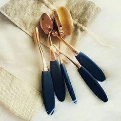Eles são lindos, fofinhos e servem pra preparação de uma pele perfeita, os pinceis de escovinha!
