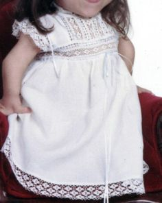 A dress my mom made for my daughter (2002) Estopilla, cosido a máquina, mundillo añadido a máquina
