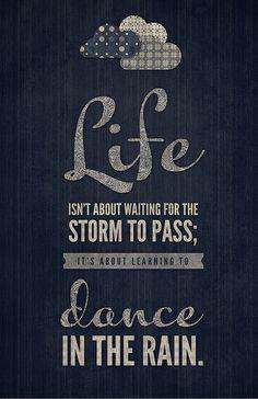 La vie, ce n'est pas attendre que l'orage passe, c'est apprendre à danser sous la pluie. - Sénèque