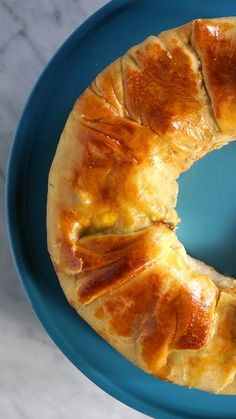 Stuffed Portuguese Bread: Stuffed with tomato sauce, peppers, cheese and boiled eggs, this flaky filled bread is basically a meal. Portuguese Bread, Portuguese Recipes, Portuguese Desserts, Appetizer Recipes, Dessert Recipes, Good Food, Yummy Food, Cooking Recipes, Cooking Kids