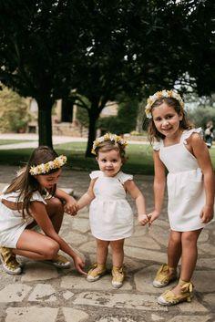 A Todo Confetti, Girls Dresses, Flower Girl Dresses, Wedding Blog, Wedding Dresses, Fashion, Daisies Bouquet, Blue Bow, Simple Style