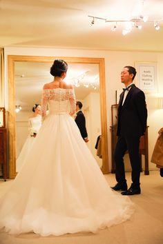 オフショルダーのロングスリーブのウェディングドレス。 フレンチレース、オフショルダーのトップスと軽やかでナチュラルなシルクチュールのスカートは クラシカル&モダンなデザイン。