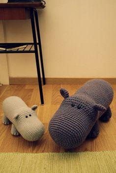 Namn: Flodhäst Svårighetsgrad: Utmaning Längd: Den lilla är 26 cm från nos till bak och den stora 40 cm Material jag använde:  Till den...