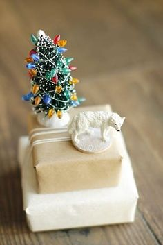 Unique Christmas gift wrapping ideas (part one) are the third thing you will think about after the Christmas trees and its ornaments and Christmas gifts Creative Christmas Gifts, Christmas Gift Wrapping, All Things Christmas, Christmas Tree, Christmas 2019, Holiday Crafts, Christmas Ideas, Gift Wraping, Brown Paper Packages