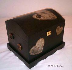 """Baúl de madera decorado """"Corazones de madera"""" #decoracióncreativa #regalos personalizados #diseñosúnicos www.facebook.com/elatelierdeagus"""