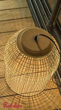 SUSPENSION SOLAIRE LED : Ko Samuy est une suspension solaire LED blanc chaud en poly rotin. Cette lampe solaire se distingue par son design bohème mais également par son autonomie de fonctionnement (jusqu'à 12 heures). La suspension solaire et autonome Ko Samuy apportera à votre décoration une touche naturelle. Elle est idéale pour éclairer vos terrasses d'été ou encore tous vos mariages, anniversaires et autres réceptions. À vous de choisir où l'accrocher ! #suspension #solaire #rotin… Iao, Decoration, Design, Solar Lights, Birthdays, Terraces, Rattan, The Hours, Decor