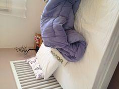 Dia 5. Manhã. Arrumando a cama antes de sair para o trabalho, segunda, 8h30. Herdei da minha mãe o costume de arrumar a própria cama depois de acordar. Isso já faz parte da minha rotina há anos e me sinto displicente se não o fizer. :)