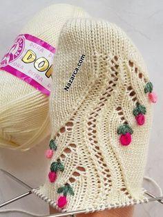NAKIŞ İŞLEMELİ 5 ŞİŞ ÇORAP:YILAN GÜLE DOLANDI MODELLİ | Nazarca.com Crochet Shoes, Crochet Slippers, Knitted Baby Clothes, Knitting Videos, Baby Cardigan, Crochet Crafts, Baby Knitting, Shawl, Free Pattern