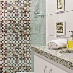 Se você não topa encarar o quebra-quebra, um adesivo plotado que imita um mosaico de pastilhas pode ser uma opção econômica e prática