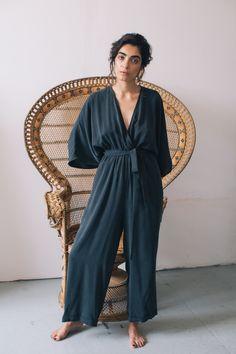 WOW! Dieser tolle Kimono-Jumpsuit von COSSAC ist ein echter Hingucker! Der weich fließende Tencel-Stoff wirkt sehr elegant und der Schnitt, angelehnt an einen Kimono, machen diesen Jumpsuit sehr einzigartig in seiner Silhouette. Mit dem...