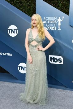 Dakota Fanning Stuns In Sparkly Dress at SAG Awards Photo Dakota Fanning channels that Old Hollywood glamour for the 2020 Screen Actors Guild Awards on Sunday (January at the Shrine Auditorium in Los Angeles. Celebrity Red Carpet, Celebrity Look, Nice Dresses, Prom Dresses, Formal Dresses, Dakota And Elle Fanning, Sag Awards, Old Hollywood Glamour, Red Carpet Fashion