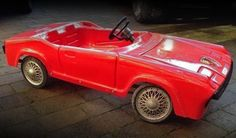 If you're a Porsche enthusiast and on the hunt for a unique pedal car for your kid, we may have found just the thing for you. The car, a vintage 914 pedal car, is up