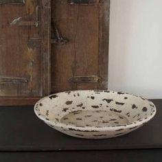 Prachtige handgemaakte houten schaal, ruw met witte verf afgewerkt. Decoratief en stoer tegelijk! Land van herkomst: India.