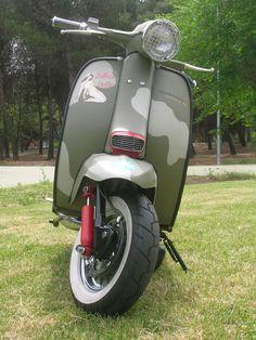 Aquí os dejo un par de trabajos realizados por Scooterist Factory. El primero una Vespa P200E, personalizada con motivos de la mundialment...