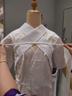 今回のウラワザは「浴衣に美容衿をキレイに着付ける方法」教えちゃいます 豆千代モダンには美容衿マイスターがいます! 今回はマイスターの着付け方法でご紹介... Barbie Clothes Patterns, Clothing Patterns, Traditional Japanese Kimono, Japan Outfit, Japanese Outfits, Yukata, Japan Fashion, Kimono Fashion, Geisha