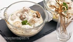 Champignons in knoflookroomsaus http://receptentapas.nl/tapas-met-groente-kaas-ei/item/226-champignons-knoflook-roomsaus