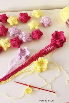 Crochet amigurumi little stars - Free pattern - Akamatra Crochet Garland, Crochet Ball, Crochet Brooch, Diy Crochet, Crochet Crafts, Crochet Projects, Crochet Food, Crochet Star Patterns, Crochet Amigurumi Free Patterns