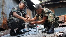 Filipino soldiers install solar light bulbs through a roof in a shantytown in Manila, Philippines. The bulbs are actually old plastic soda bottles filled with water and bleach, and powered by the sun. Solar Light Bulb, Solar Lights, New Urbanism, Provident Living, Water Lighting, Lighting Ideas, Solar Roof, Roof Light, Pop Bottles