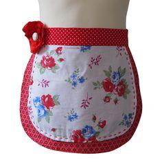 Kinderschort Suzy - Suzy is een schattig meisjesschortje met bloemetjes en dat uit twee laagjes bestaat. Je kleine meid zal dit schort graag dragen om je te helpen in de keuken of om te knutselen. Ze zal het niet meer uit willen doen!  Wil je meer foto's zien van dit schort of wil je het bestellen: klik dan op de link naar de website. Suzy, Fashion, Moda, Fashion Styles, Fashion Illustrations