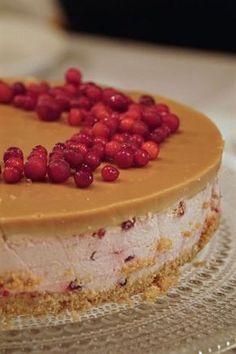 Puolukka-kinuskijuustokakku, joulun jälkkäri vaihtoehdoksi Baking Recipes, Cake Recipes, Delicious Desserts, Yummy Food, Scandinavian Food, Sandwich Cake, Sweet Bakery, Just Eat It, Icebox Cake