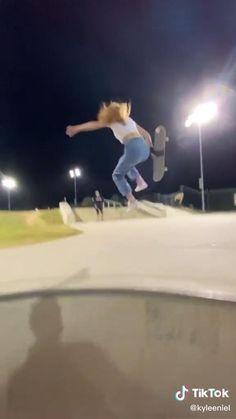 Beginner Skateboard, Skateboard Videos, Penny Skateboard, Skateboard Design, Skateboard Girl, Photographie Indie, Skate Photos, Skater Girl Outfits, Skate Girl