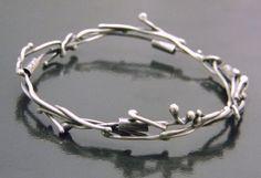 Λεπτό και διακριτικό δαχτυλίδι, αρκετά πιο εύκολο στην κατασκευή από αυτό που ίσως φαίνεται εκ πρώτης όψης. Το ίδιο σχέδιο μπορείτε να το χρησιμοποιήσετε και για στέφανα.