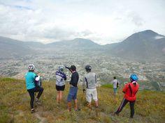 en el Cerro Catequilla (sitio arqueológico), se ve Pomasqui al fondo.