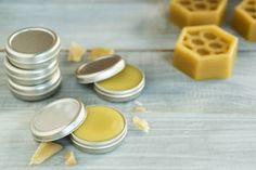 Beeswax moisturizing face cream - Do not waste- Crema viso idratante alla cera d'api – Non sprecare Beeswax moisturizing face cream: how to prepare it at home, for a velvety skin - Perfume Glamour, Perfume Hermes, Homemade Lip Balm, Diy Lip Balm, Propolis Creme, Lipbalm, Creme Anti Age, Perfume Recipes, Lip Balm Recipes