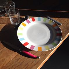 Fin de weekend.  #table #diner #couvert #bois #wood #design #massif #plate #rainbow #colour #déco #light #beforenight  #weekend #end #famille #family #complicated #mood #instamood #IG