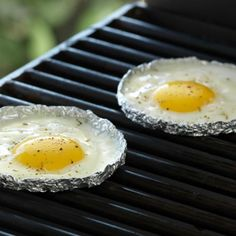 How to fry eggs on a grill. I am going to use this technique tonight to go along with my grilled crostini!