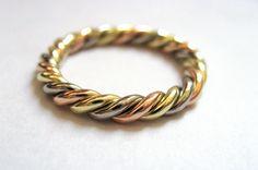 Wunderschöner gedrehter Ring, der alle 3 Goldfarben verbindet.
