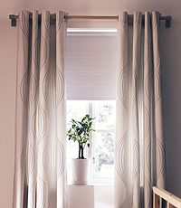 plissees als fensterdeko im wohnzimmer pleated blinds as window decoration in a living room. Black Bedroom Furniture Sets. Home Design Ideas