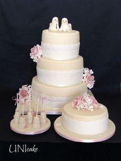 H13. Pitsinen hääkakku.   Wedding cake with lace design.