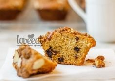 Быстрые кексы с сушеными вишнями, покрытые хрустящей крошкой с миндальными орешками - хотите такие на завтрак? Теплые, с молоком или