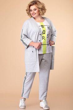 Стильный трикотажный комплект-тройка серого цвета от бренда Romanovich Style, состоит из кардигана, брюк и футболки. Кардиган прямого силуэта, с застежкой на две металлические кнопки. Горловина с V-образным вырезом. Рукава со спущенной проймой, длиной 3/4. По переду накладные карманы, низ (кромка) с притачной планкой. Футболка с круглым вырезом и коротким втачным рукавом. Брюки с боковыми карманами и притачным поясом, собранным на эластичную тесьму и декоративный шнурок.
