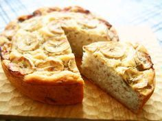 バター・砂糖・卵・牛乳なし!バナナケーキ お砂糖ゼロで優しい甘さのバナナケーキです♡バター・卵・牛乳なし!アクアケーキID : 3696794のアレンジレシピです 材料 (15cm丸型1台分) ☆バナナ(包丁で叩くかフォークの背でピューレ状にしたもの) 100g~お好みで ☆水 165g サラダ油/菜種油 45g ★スペルト小麦粉/薄力粉 150g ★ベーキングパウダー(アルミニウムフリー)8g トッピング用のバナナ(スライス) 適量 作り方 1オーブンを180℃に予熱しておく。 バナナはピューレ状にしておく。 小麦粉・BPはふるっておく。 2ボウルに☆の材料をいれて混ぜます。 3②にサラダ油を加えてよく混ぜます。 4★の粉類を加えてよく混ぜます。 5生地の出来上がりです^^ 6薄くサラダ油を塗った型に流し入れ、スライスしたバナナをのせます。 7軽く空気抜きをし、180℃に予熱したオーブンで50分焼きます。 8完成です!! Cute Desserts, Homemade Desserts, Sweets Recipes, Cake Recipes, Dinner Recipes, Vegan Sweets, Healthy Sweets, Healthy Baking, Vegan Desserts