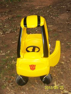 Krylon fusion paint + old cozy coupe + vinyl autobot decals = fabulous! Diy Projects To Try, Projects For Kids, Little Tykes Car, Little Tikes Makeover, Cozy Coupe Makeover, Junk Modelling, Sofia Rose, Transformers Bumblebee, Kids Ride On