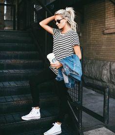 T-shirt, blusa listrada, calça preta, jaqueta jeans, tênis branco