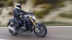 C'est au tour du roadster R 1200 R d'être revu de fond en comble en 2015. Il hérite notamment du nouveau flat-twin BMW à refroidissement mixte air/eau... Bmw, R1200r, Roadster, Harley, Tour, Motorbikes, Automobile, Destinations, Motorcycle