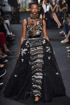 Guarda la sfilata di moda Elie Saab a Parigi e scopri la collezione di abiti e…
