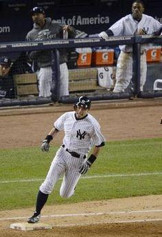 2012.10.12 オリオールズ戦の6回、右中間に適時二塁打を放ち、一塁を回るヤンキース・イチロー